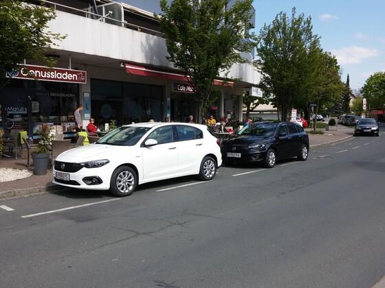 Tipo-Fahrer sind Genussmenschen .... und parken daher genüsslich vor dem Genussladen :-)