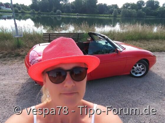 Frau mit Boot am Rhein