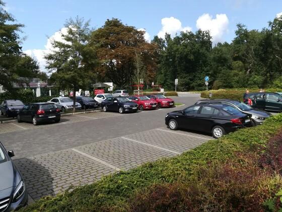 Vereint auf dem Parkplatz vor dem Lokal, wo es die leckere Currywurst gab, Gerd sein Dank.